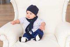 Portret śliczni chłopiec ono uśmiecha się i obsiadanie Uroczy cztery miesięcy stary dziecko Fotografia Stock