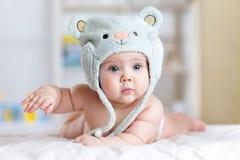 Portret śliczni 5 miesiąca dziecka łgarskich puszków na koc Fotografia Stock