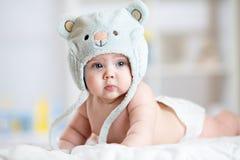 Portret śliczni 5 miesiąca dziecka łgarskich puszków na koc Zdjęcie Stock