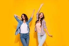 Portret śliczni uroczy nastoletni nastolatkowie cieszy się uradowanego zadowolonego wiosna czasu wolnego weekendów wakacji pod zdjęcie stock