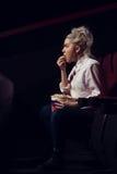 Portret śliczny blondynki dziewczyny dopatrywania film obraz royalty free