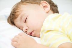 Śliczna chłopiec śpi fotografia stock
