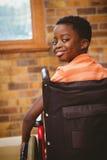 Portret śliczny chłopiec obsiadanie w wózku inwalidzkim Zdjęcie Royalty Free