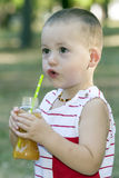 Portret śliczny chłopiec outside podczas gdy pijący sok od zdjęcie stock