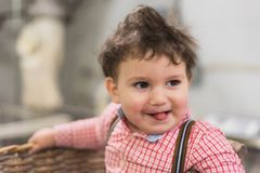 Portret śliczny dziecko wśrodku kosza w piekarni zdjęcie stock
