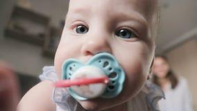 Portret śliczny dziecko z atrapą Małego dziecka kamery wzruszający obiektyw zdjęcie wideo