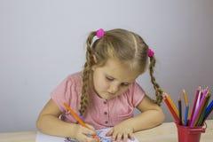 Portret śliczny dziewczyna rysunek z barwionymi ołówkami zdjęcie royalty free
