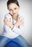 Portret śliczny dziewczyny obsiadanie na piłce Fotografia Royalty Free