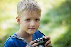 Portret Śliczny Little Boy Chwyta fotografię Z kamerą, Przewyższa Zdjęcia Stock