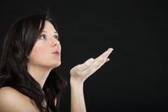 Portret śliczny młody żeński dmuchanie buziak w kierunku Obrazy Royalty Free