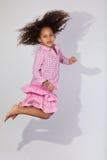 Portret Młody amerykanin afrykańskiego pochodzenia dziewczyny doskakiwanie Zdjęcia Royalty Free