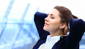 Portret śliczny młody biznesowej kobiety relaksować Zdjęcia Royalty Free
