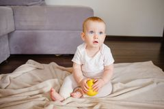 Portret śliczny małe dziecko z jeden żółtym jabłkiem, siedzi na podłodze Dziewczynka 9 miesięcy stary mienie owoc obraz royalty free