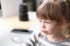 Portret śliczny małej dziewczynki główkowanie coś obrazy royalty free