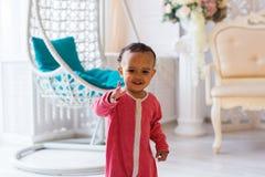 Portret śliczny mały amerykanin afrykańskiego pochodzenia chłopiec ono uśmiecha się Fotografia Stock