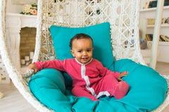 Portret śliczny mały amerykanin afrykańskiego pochodzenia chłopiec ono uśmiecha się Obrazy Royalty Free