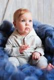 Portret śliczny 8 miesięcy dziewczynki stary obsiadanie na łóżku na ogromnej trykotowej koc Zdjęcie Royalty Free