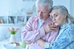 Portret śliczny smutny starszy pary pozować obrazy royalty free