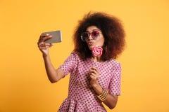 Portret śmieszna młoda afro amerykańska kobieta Zdjęcia Royalty Free