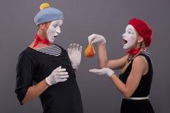 Portret śmieszna mim para z biel twarzami i Zdjęcia Royalty Free