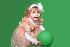 Portret śmieszna urocza mała dziewczynka bawić się z balonem nad g Zdjęcia Royalty Free