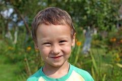 Portret śmieszny chłopiec 3-4 roczniak outdoors Zdjęcia Royalty Free