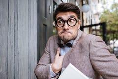 Portret śmieszny głupka mężczyzna jest ubranym eyeglasses zdjęcie stock