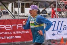 Portret śpieszy meta podczas ` Dnepr Eco ` Maratońskiej rasy starszy uczestnik Fotografia Royalty Free