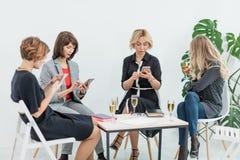 Portret żeńska biznes drużyna w nowożytnym studiu z szkłami szampan fotografia stock