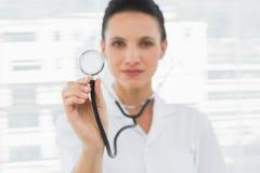 Portret żeńska lekarka z stetoskopem Obrazy Stock
