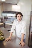 Portret żeńska szef kuchni pozycja przy rozkaz stacją Fotografia Royalty Free