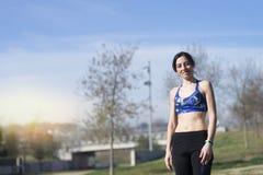 Portret żeński biegacz ono uśmiecha się przed jogging przy parkiem obrazy stock