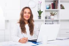 Portret żeński biznesowy pracownika writing, działanie z losem angeles i Fotografia Stock