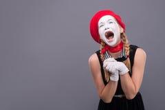 Portret żeński mim w czerwieni głowie z bielem i Zdjęcia Royalty Free
