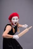 Portret żeński mim z czerwonym kapeluszem i bielem Zdjęcia Royalty Free