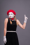 Portret żeński mim z czerwonym kapeluszem i bielem Zdjęcia Stock