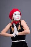 Portret żeński mim z czerwonym kapeluszem i bielem Fotografia Stock