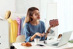 Portret żeński mody blogger z sprzęgłem i laptopem zdjęcie stock