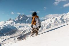 Portret żeński snowboarder w sportswear jazdie na halnym skłonie Obraz Royalty Free