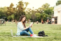 Portret Żeński student uniwersytetu Outdoors Na kampusie zdjęcie stock