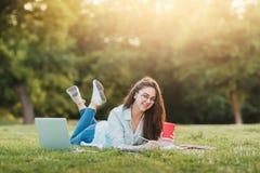 Portret Żeński student uniwersytetu Outdoors Na kampusie zdjęcia stock