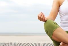 Portret żeńskie joga ręki przy plażą Obrazy Royalty Free