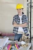 Portret żeńskiego pracownika pozycja z rękami krzyżował przy budową Obrazy Stock