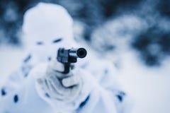 Portret żołnierz w kamuflażu i bielu maskowym balaclava Zdjęcie Stock