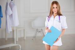 Portret życzliwa pielęgniarka w szpitalu obrazy royalty free
