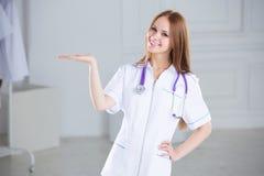Portret życzliwa rodzinna lekarka w klinice zdjęcie royalty free