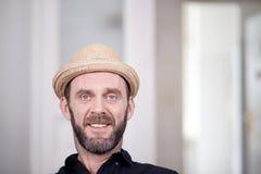 Portret życzliwy przyglądający modniś z przybłąkanym kapeluszem Zdjęcia Stock