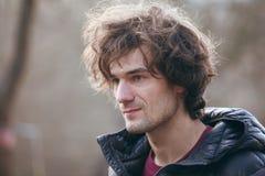 Portret красивого человека в черной куртке Стоковая Фотография RF