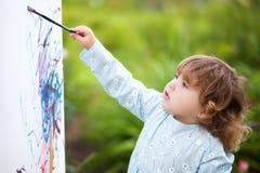 Portret маленького талантливого художника, девушка крупного плана малыша Стоковые Изображения