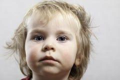 Portret滑稽的小小孩金发碧眼的女人男孩 免版税库存图片